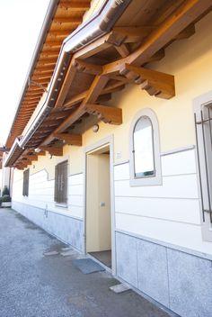 Gronda esterna supportata da travi di banchina e realizzata in legno lamellare.