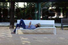 Adaptable aussi bien à l'espace public qu'à l'usage privé, la ligne de bancs Soft Bench aux lignes nettes et souples est dessinée par la designer Lucile Soufflet. ©Studio Bisbee
