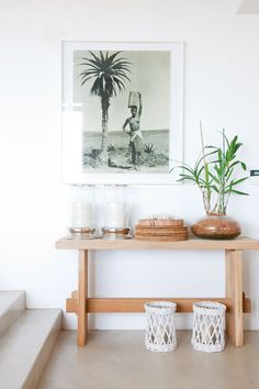 Cute idea to theme out a console vignette: could go tropical, or cabin-y, or French chalet! - Le Petitchouchou -