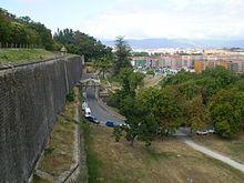 Portal de Francia o de Zumálacarregui. Era uno de los accesos de la ciudad amurallada y por él entran los peregrinos del Camino de Santiago.