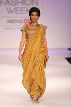 Konkona Sen Sharma walks the ramp for Anavila Mishra at the Lakme Fashion Week Winter/Festive 2014 Saree Draping Styles, Drape Sarees, Choli Dress, Saree Blouse, Indian Attire, Indian Outfits, Saree Wearing, Bollywood Fashion, Saree Fashion