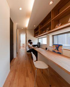 いいね!116件、コメント1件 ― HouseNote 🏠さん(@housenote.jp)のInstagramアカウント: 「・ リビングを抜けて中庭に面したホームステーションで、中庭、リビング、デッキテラスへと視界がつながります。 ・ 『 記憶としての住まい 』#久保田英之建築研究所 ・ #書斎 #studyroom…」 Tiny Home Office, Home Office Design, House Design, Interior Decorating, Interior Design, Interior And Exterior, Deco Boheme, Japanese Interior, Japanese House
