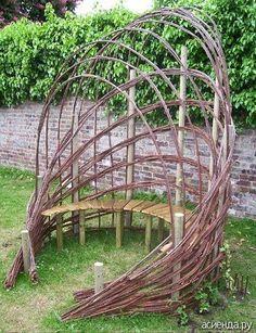 Оригинальное плетение на дачном участке