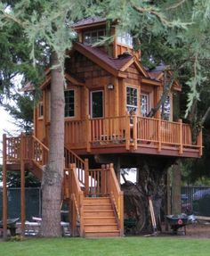 I love the exterior of this treehouse, especially the shingles; I would have mine done in Redwood!