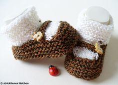 """Die Babyschuhe sind garantiert handgestrickt. Sie sind mit sehr schöner und weicher Wolle gestrickt und absolut pflegeleicht.  Die """"Spange"""" entsteh..."""