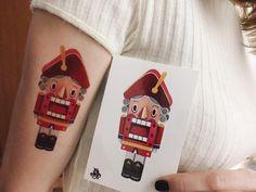 Tatuagem criada por Sasha Unisex. sashaunisex.com    Desenho e tatuagem lado a lado.