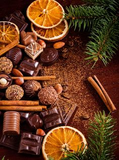 Christmas sweets: assortment of chocolates, truffles, candies, chocolate barks, spices and nuts. Christmas spirit still life Christmas Sweets, Christmas Mood, Noel Christmas, Christmas Oranges, Momento Cafe, Christmas Aesthetic, Christmas Wallpaper, Christmas Pictures, Christmas Inspiration
