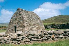 Presqu'île de Dingle, Gallarus Oratory, vue extérieure Presqu'île de Dingle (comté de Kerry, Irlande). Gallarus Oratory (oratoire, fin du 8e s. ; voûte en tas de charge ayant la forme d'un bateau, construite en pierre sèche ; 6,7 × 5,6 m).