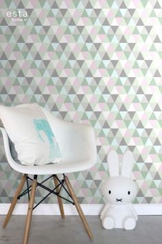 This sweet wallpaper with triangles in pink, mint green and gray brings a warm, cheerful and lively atmosphere to the room. Triangles, Triangle Rose, Design Repeats, Little Girl Rooms, Kidsroom, Wall Wallpaper, House Rooms, Girls Bedroom, Green And Grey