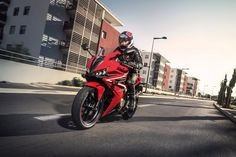 After three years in the market, the second-generation CBR500R was unveiled at AIMExpo 2015. Featuring a fresh edgier design and several equipment upgrades, Honda's middleweight CBR offers enhanced sporty performance while retaining all the practical benefits it inherits from the CB500 model family.
