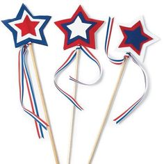 Star Spangled Wavers Kids Craft for Memorial Day How are you going to celebrate Memorial Day with your family? Gear up for your weekend BBQs and celebrations or even your local parade with these fun star batons for your kids! Boys and girls love … Summer Crafts, Holiday Crafts, Summer Fun, 4th Of July Parade, July 4th, February, Labor Day Crafts, 4. Juli Party, Hipster Vintage