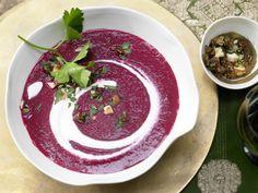 Rote-Bete-Suppe mit Lebkuchengewürz - und Haselnuss-Feigen-Gremolata - smarter - Kalorien: 210 Kcal - Zeit: 45 Min. | eatsmarter.de #eatsmarter #feige #feigen #dattel #getrocknet #obst #frucht #exotisch #orientalisch #suess #dessert #salat #hauptspeise #vorspeise #snack #fingerfood #gesund #rotebete #lebkuchen #suppe #haselnuss
