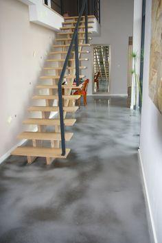 Optez pour un sol moderne !  Un exemple original de béton ciré de couleur grise flammée en noir.  Une belle source d'inspiration !