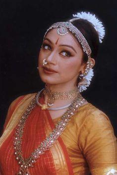 Shobana Chandrakumar, bharatanatyam dancer and Malayalee film actress from Kerala, India. Indian Film Actress, Indian Actresses, Indian Classical Dance, Classical Art, Malayalam Actress, Dance Poses, Temple Jewellery, Indian Girls, Indian Art