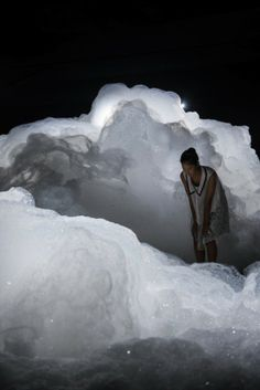 Japanese artist Kohei Nawa filled a dark room with billowing clouds of foam for this art exhibition in Aichi, Japan. Kohei Nawa used a mixture of detergent, glycerin and water to create the bubbly forms of his installation, entitled Foam. Aichi, Land Art, Conception Scénique, Instalation Art, Kunst Online, Night Circus, Colossal Art, 3d Studio, Light Installation
