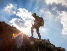Aleluya! Ya es fin de semana has probado alguna vez a hacer una Vía Ferrata? Es como la escalada pero mucho más sencillo ya que siempre vas enganchado a un cable de la pared y en las zonas difíciles hay ayudas. Ideal para ir conociendo este deporte - Weekend! have you tried Via Ferrata? Is like climbing but easier. I recommend it for a first contact with this nice sport - #valseriana #italia #viaferrata #italy #climbing #escalada #contraluz #backlight #men #lombardia #inlombardy #sun…
