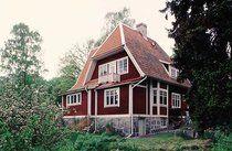 En villa från början av 1900-talet som vilar på en kraftig murad stengrund.
