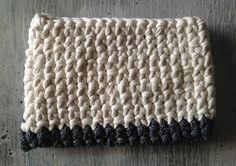 Bolso de mano con trapillo hecho a mano.  http://customizandomivida.blogspot.com.es/2015/06/bolso-de-trapillo-para-el-ipad.html#more