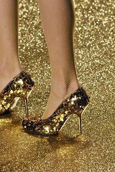 gold heels/ gold glitter on the runway, vivienne westwood. Vivienne Westwood, Gold Heels, Stiletto Heels, Stilettos, Moda Fashion, Fashion Shoes, Fashion Fashion, Womens Fashion, Estilo Glamour