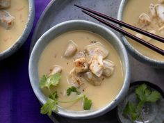 Süßkartoffel-Kokos-Suppe - mit feuerscharfen Hähnchenwürfeln - smarter - Kalorien: 556 Kcal - Zeit: 1 Std.  | eatsmarter.de Süßkartoffel macht sich auch als Suppe gut.