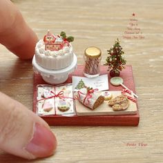 Miniature Christmas Food ♡ ♡ By Petit Fleur Miniature Crafts, Miniature Christmas, Christmas Minis, Miniature Food, Miniature Dolls, Pink Christmas, Polymer Clay Miniatures, Polymer Clay Crafts, Dollhouse Miniatures