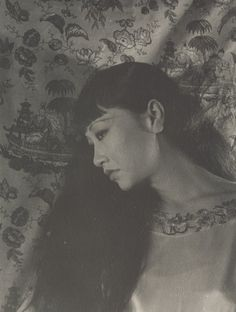 Gorgeous actress Anna May Wong née Wong Liu Tsong on Flower Street, Los Angeles) always dreamed of herself on the silverscreen. Anna May, Russian Wedding, Silent Film Stars, Popular Art, Ice Queen, Vintage Hollywood, Classic Hollywood, Portrait Art, Vintage Photographs
