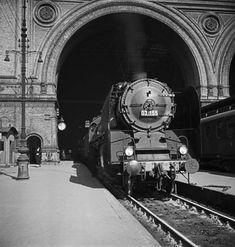 1935Einheitsschnellzuglokomotive 03155 auf dem Gleis 1 des Anhalter Bahnhofs vor dem D20 nach Leipzig