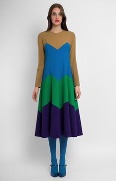 Combined long-sleeve multi-color genuine wool dress. Round neck. Hidden back zip closure. Without pockets.