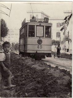 Barro acumulado después de una tormenta junto a los raíles del tranvía de la linea Puerta Real, Alhóndiga, Triunfo, calle San Juan de Dios 12 de septiembre de 1948 Torres Molina/IDEAL