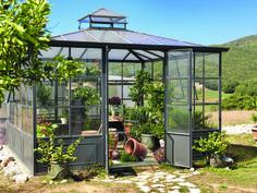 Serre de jardin carrée UnopiuSerre carrée Aralia, structure en fer galvanisé, couverture en polycarbonate, une lucarne avec deux fenêtres à soufflets, L 378 x P 378 x H 315 cm, à partir de 10 860 €, Unopiu.