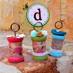Turn ordinary wooden spools into these pretty place card holders with Mod Podge via Morenascorner.com!