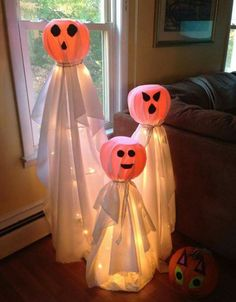 How cute are these tomato cage ghosts!?!  Directions: http://www.craftymorning.com/tomato-cage-halloween-decorations