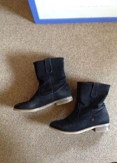 Kaufe meinen Artikel bei #Kleiderkreisel http://www.kleiderkreisel.de/damenschuhe/stiefeletten/118559122-schwarze-flache-boots-aus-angerautem-material