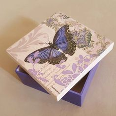 No hay texto alternativo automático disponible. Decoupage Vintage, Decoupage Paper, Cigar Box Crafts, Girls Jewelry Box, Mason Jar Gifts, Altered Boxes, Seashell Crafts, Vintage Box, Butterfly Art