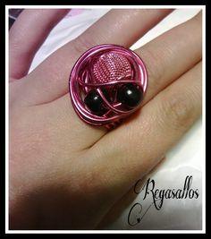 Anillo en rosa y negro.