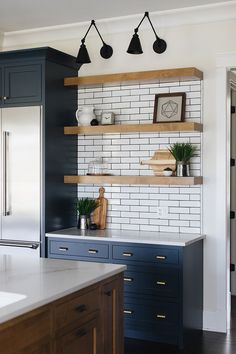 Perfect Farmhouse Kitchen Decorating Ideas For 2018 Blue cabinets in island? Perfect Farmhouse Kitchen Decorating Ideas For 2018 03 Farmhouse Style Kitchen, Modern Farmhouse Kitchens, Home Kitchens, Farmhouse Ideas, Farmhouse Decor, Country Kitchen, Country Farmhouse, Kitchen Rustic, Country Cooking