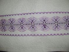 Una segunda toallita facial del juego de 3 bordadas con cenefá de cuadrillé en…