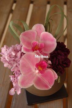 プリザーブドフラワーの蝴蝶蘭。このピンクは生花と見間違うほどすごくきれいです。