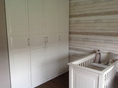 Landelijke babykamer met steigerhoutbehang 8951-10
