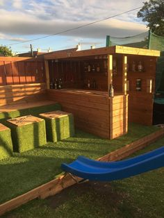 When my daughter wanted a party in the garden for her birthday, I said I'd bring some wood pallets home from work to build a garden bar for her birthday party! Outdoor Garden Bar, Diy Garden Bar, Outdoor Pallet Bar, Backyard Bar, Backyard Landscaping, Garden Design, Outdoor Bars, Outdoor Furniture Plans, Diy Pallet Furniture