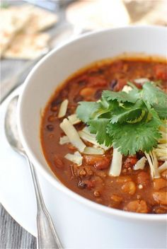 This Classic Beef and Bean Chili recipe is the perfect hearty weeknight dinner. It's filled with ground beef, beans, tomatoes, and plenty of bold flavors! Chilli Recipes, Beef Recipes, Soup Recipes, Cooking Recipes, Recipies, Dinner Recipes, Beef Bean Chili Recipe, No Bean Chili, Bean Chilli