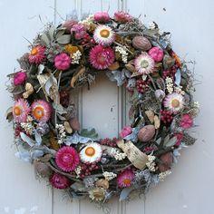 **Traumhafter Türkranz mit Strohblumen Ton in Ton**  Der Kranz wurde in liebevoller Handarbeit von unseren Floristen gefertigt. Auf einem mit Moos umwickelten Strohrömer wurden verschiedene...