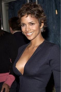Halle Berry Short Hair Styles For African American Women Hair Halle Berry Sexy, Estilo Halle Berry, Halle Berry Short Hair, Halle Berry Style, Halle Berry Pixie, Short Messy Haircuts, Messy Short Hair, Short Hair Cuts, Short Hair Styles