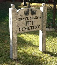 """Cemetery"" or ""Pet Cemetery"" Sign Halloween Lawn, Halloween Outside, Halloween Tombstones, Halloween Graveyard, Halloween Yard Decorations, Halloween Signs, Outdoor Halloween, Halloween Projects, Diy Halloween Decorations"