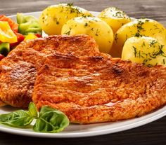 Pork chops are popular on the grill. In this recipe, paprika adds taste and colour. Paprika Spice, Paprika Pork, 200 Calories, Barbecue, Eastern European Recipes, Pork Chops And Potatoes, Valeur Nutritive, Chops Recipe, Polish Recipes