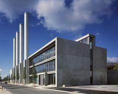 #Architectour Luxembourg IV 14: Luxembourg – Blockheizkraftwerk und Bürogebäude La centrale de cogénération comporte 5 unités de production distinctes parfaitement lisibles sur la façade grâce à des encoches à lumière naturelle. L'immeuble de bureaux présente le même concept architectural.  Architectes: PAUL BRETZ, ARCHITECTES SARL   Ingénieurs-Conseils: MILESTONE, CONSULTING ENGINEERS SARL,BLS ENERGIEPLAN INGENIEURS CONSEILS SARL