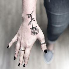 As tatuagens florais mais incríveis de todas! - Blog Tattoo2me Tattoos For Lovers, Wrist Tattoos For Women, Tattoos For Guys, Finger Tattoo Designs, Finger Tattoos, Body Art Tattoos, Rosen Tattoo Arm, Rosen Tattoos, Mini Tattoos