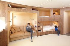 フランスのH2o Architectsがリフォームした、暖かそうな雰囲気の山小屋風インテリアデザイン。1960年に建てられた小さいスキーリゾートアパートをリフォーム、もとの建物は壊さず改造したそうで、わずか約5平方m(1.5坪)の空間に2つのバスルームと8つのベッドを設置。