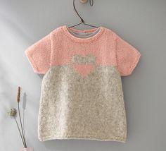 Une tunique au motif coeur pour un joli petit coeur... Votre bébé sera craquante dans cette tunique tricotée en Laine PHIL SOFT + coloris lin et sorbet.