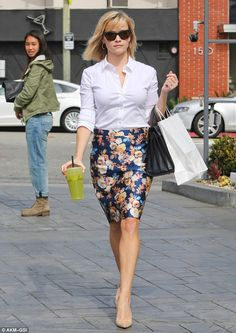 Reese Witherspoon - blusa blanca y falda recta
